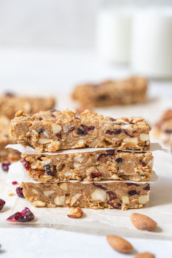 energy bars made with oatmeal, almonds and peanut butter